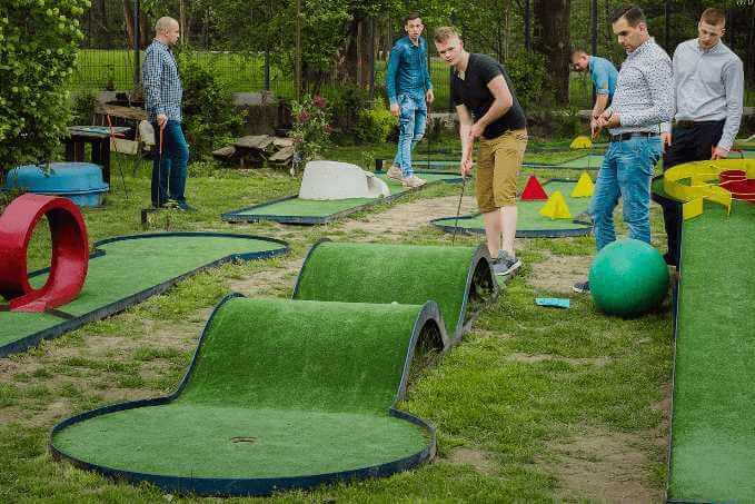 Zawodnicy grają w minigolfa