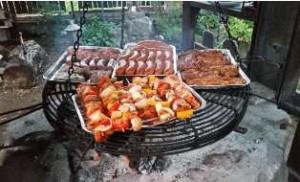 kiełbaski mięso na grillu