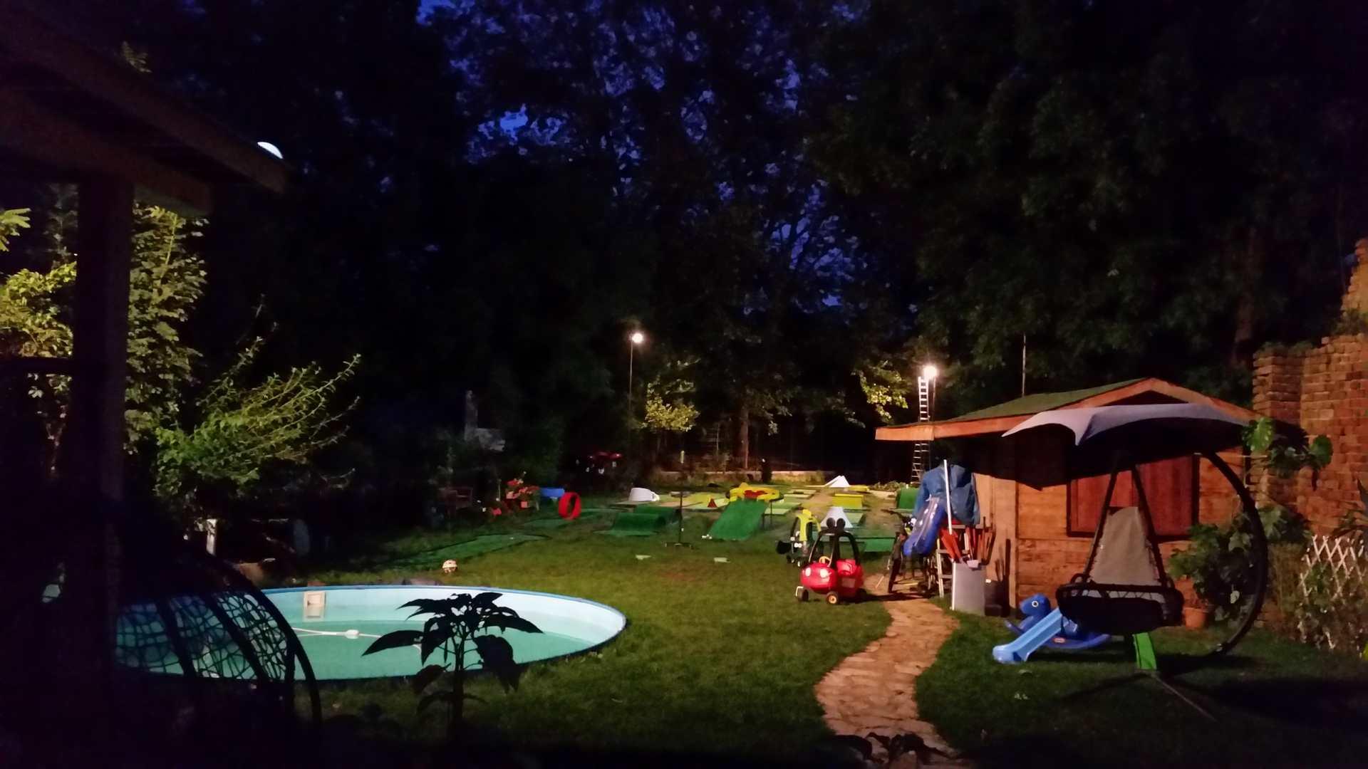 Pole do gry w minigolfa Kraków oświetlone nocą